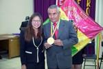 Yesenia Yarhui reconoce al profesor más antiguo Oscar Berríos.