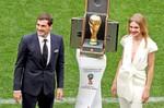 El arquero Iker Casillas (i) y la modelo Natalia Vodiónova entregaron la copa.