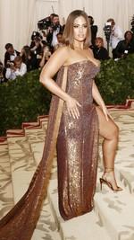 La modelo Ashley Graham llega a la alfombra roja del Costume Institute Gala, celebrando la inauguración de la exposición
