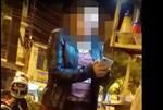 La mujer fue filmada cuando agredía a la vendedora. Foto: Captura de video
