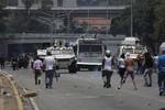 Una tanqueta atropella a manifestantes en Caracas