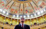 Sánchez jura a Presidencia y prescinde de los símbolos