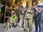 La Policía Boliviana adopta a una perra refugiada durante la crisis de octubre