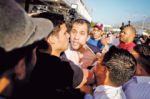 Muchedumbre chavista recibe a golpes a Guaidó