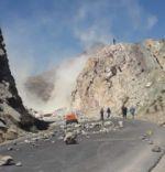 Dinamitan un cerro en la carretera Oruro-Cochabamba para evitar el paso