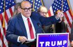 """Abogado de Trump, hospitalizado por covid-19 tras viajes para denunciar """"fraude"""""""