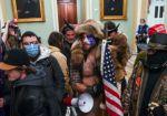 El seguidor de Trump del gorro con cuernos es arrestado por violencia en el Capitolio