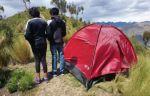 Adolescentes se escapan de sus casas para vivir en una carpa en la periferia de La Paz