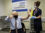 La mitad de los adultos en Reino Unido recibieron ya una dosis de vacuna anticovid