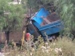 Sucre: Una volqueta invade carril en curva y ocasiona accidente que deja al menos tres heridos