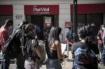 Crisis por nuevo retiro de fondos de pensiones en Chile vuelve a golpear a Piñera