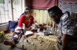 Curanderos sudafricanos digitalizan sus rituales debido al covid-19