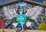 El artista que pintó murales en tributo a los médicos busca terapia intensiva para su padre