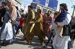 Afganistán: Los hombres cambiaron su ropa y pocas mujeres se atreven a salir