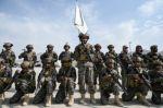 Los talibanes desfilan triunfales en el aeropuerto de Kabul