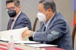 Luis Arce promulga ley  de devolución de aportes