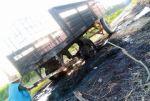 Desalojo de tierras deja vehículos en llamas y heridos