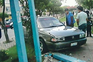 Taxi choca y destruye ornamentos en avenida