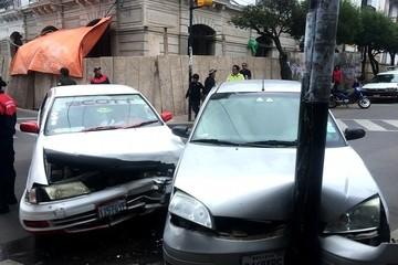Dos vehículos colisionan en plena plaza 25 de Mayo de Sucre