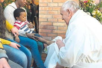Francisco emula a Cristo durante el Jueves Santo