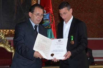 Escobar recibe condecoración