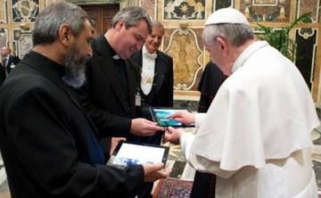 Subastan iPad del papa Francisco por 30.500 dólares en Uruguay