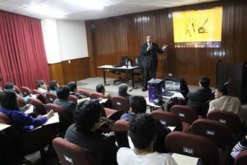 Argentino dicta un curso