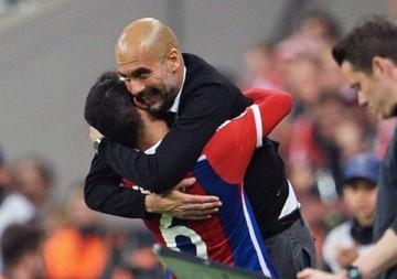 El rodillo del Bayern aplasta al Oporto; Iniesta da brillo al pase del Barça