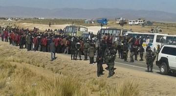 Campesinos bloquean carretera La Paz-Oruro