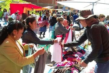 Comerciantes viajeros rematan mercancías en el sector de la Villa Bolivariana