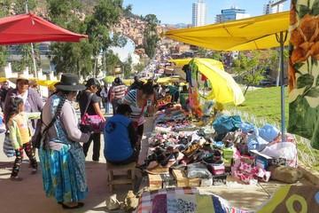 Feria de viajeros continúa en medio de acusaciones