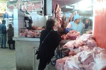 Puestos del mercado central salen a vender sobrantes de carne de res