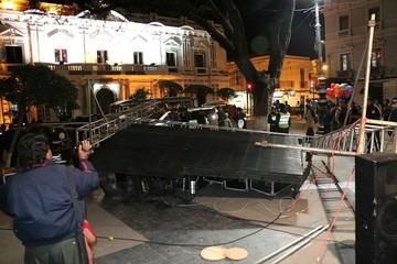 La caída de una pantalla gigante en la plaza 25 de Mayo deja un herido