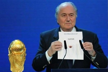 Blatter ataca