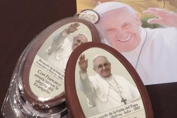 Chocolate del Papa se vende por cientos en aeropuerto de Sucre