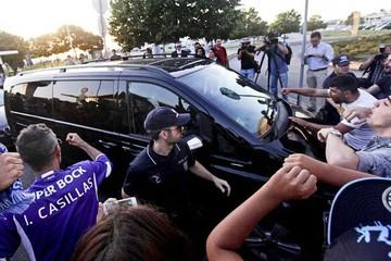 Decenas de hinchas reciben a Casillas a su llegada a Oporto