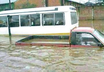 Intensa lluvia anega los barrios cruceños