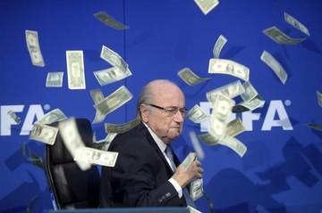 Un intruso lanza billetes de dólar a Blatter y retrasa su rueda de prensa