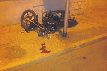 Motociclista choca contra poste y sufre una fractura