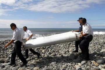 Confirman más hallazgos del avión de línea malasia