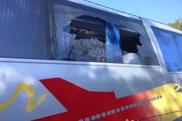 Atacan buses de hinchas