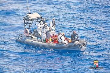 Italia continúa acogiendo a inmigrantes a la deriva