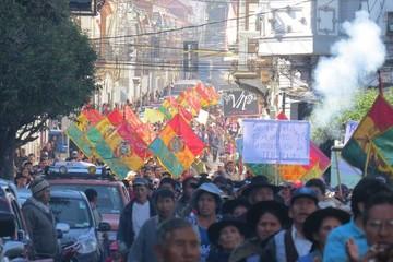 Pasajes: Usuarios protestan y micreros piden negociación