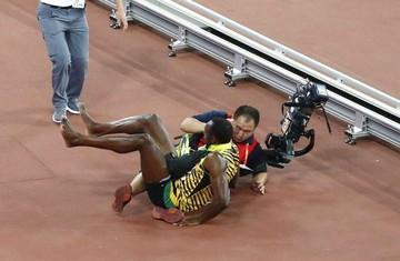 Bolt es derribado por un camarógrafo mientras celebraba el título