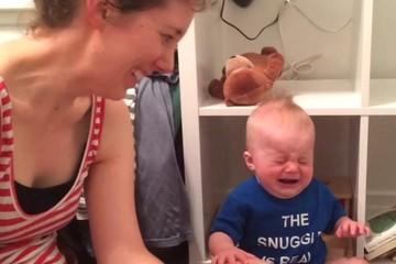 Un bebé llora cada vez que su madre termina de leerle un libro