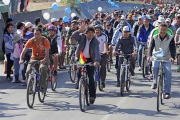 Evo Morales se subió a la bicicleta para guiar una caravana el Día del Peatón