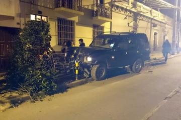 Vehículo derriba un árbol en la calle Bustillos