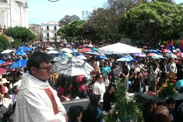 Los fieles católicos se inclinan frente a la Virgen de Guadalupe