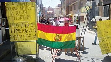 Continúa el bloqueo en la calle Pando