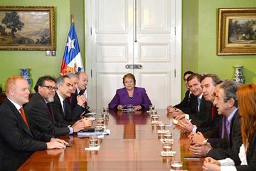 Congelan sueldos de Bachelet y altos cargos como un signo de austeridad económica